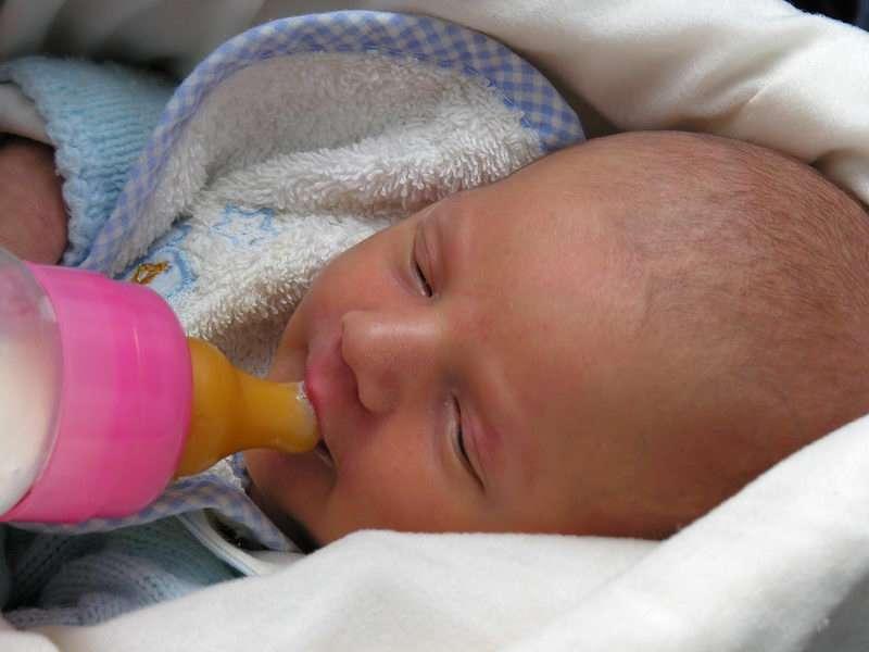 Quelle quantité de lait doit-on donner à un bébé ?